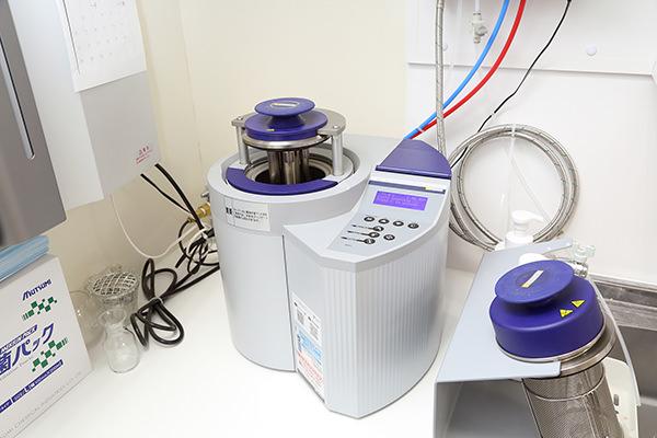 高圧洗浄を行うDACユニバーサル(滅菌器)